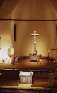 Von Ernst Alt umgestalteter Altarraum in Frankfurt a.M. / Eschersheim, mit Taufbecken, Lebensbaumkreuz, Tabernakel und Altar.