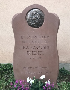 Gedenkstein für Monsignore Franz-Josef Biesel (von 1984 bis 2004 Pastor in St. Johann) mit Medaillon von Ernst Alt.