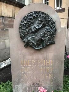 """Das von Ernst Alt gestaltetes Grab von Pastor Matthias Prinz (""""Der Gute Hirte"""", 1985)"""