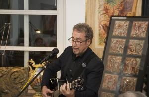 Dr. Thomas Albrecht & seine Gitarre – stimmungsvolle Zwischenspiele an einem bewegenden Abend.